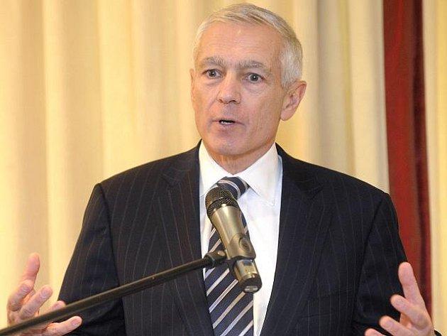 Vysloužilý americký generál a někdejší čelný představitel NATO Wesley Clark.