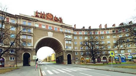 Mohutné a honosné domy, rozsáhlé dvory, široké ulice a spoustu zeleně najdete na Hlavní třídě v ostravské Porubě.