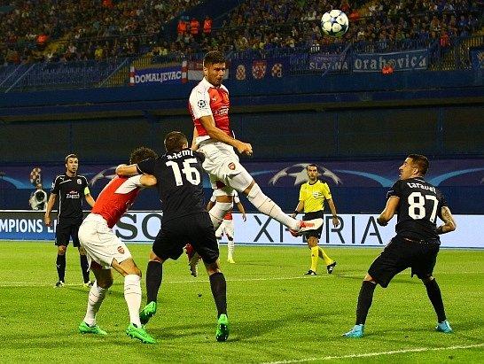 Dinamo Záhřeb - Arsenal: Olivier Giroud nejprve zahodil gólovku a potom se nechal vyloučit
