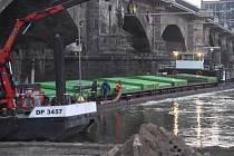 Náklad z české lodi, která v pondělí zablokovala labskou vodní cestu v Drážďanech, přeloží rejdaři do nákladních aut.