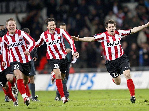 Hráči Eindhovenu slaví postup do čtvrtfinále Poháru UEFA.
