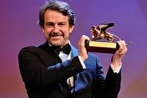 Zlatého lva za nejlepší film si z letošního mezinárodního filmového festivalu v Benátkách odváží drama Desde allá (Zdaleka) venezuelského režiséra Lorenza Vigase.