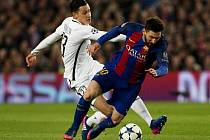 Lionel Messi z Barcelony (vpravo) proti Paris St. Germain.