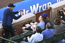 Fanoušek chytil baseballový míček i s dítětem v náručí