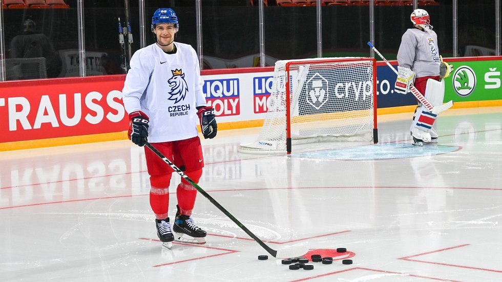 Čeští hokejisté při prvním tréninku v Rize.