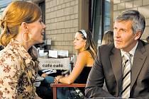 Čtyřicátníci. Bibi (Diana Moorová) a Viktor (Ján Kroner) jsou přáteli. Než se se Bibi s manželem dozví, že se Viktor schází s jejich dcerou...