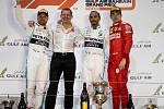 Velká cena Bahrajnu formule 1. Na podiu (zleva) Valtteri Bottas, Lewis Hamilton a Charles Leclerc.