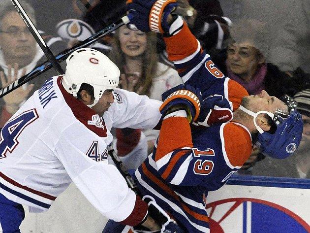 Obránce Montrealu Roman Hamrlík (vlevo) atakuje edmontonského Patricka O´Sullivana.