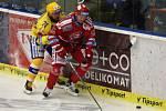 Hokejisté Třince (v červeném) proti Zlínu.