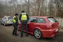 Policisté s celníky kontrolují řidiče.