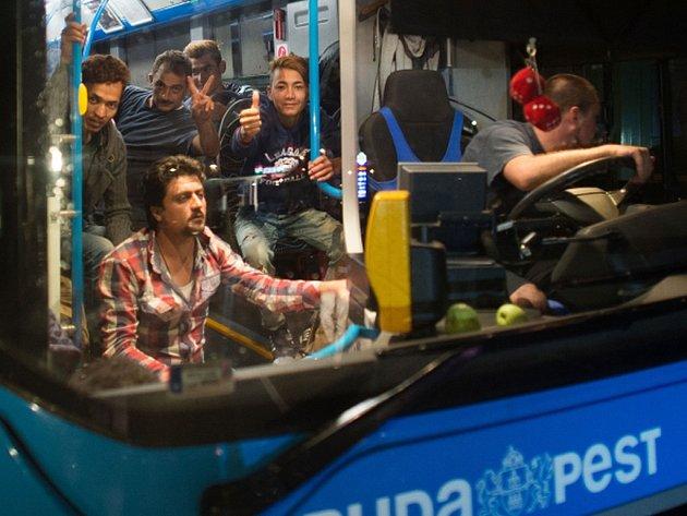 Celkem 90 autobusů podle oficiálních údajů v noci na dnešek odvezlo k maďarsko-rakouskému hraničnímu přechodu Hegyeshalom na 4500 uprchlíků.