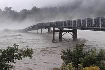 Rozvodněná řeka Waiho strhla most na Novém Zélandu