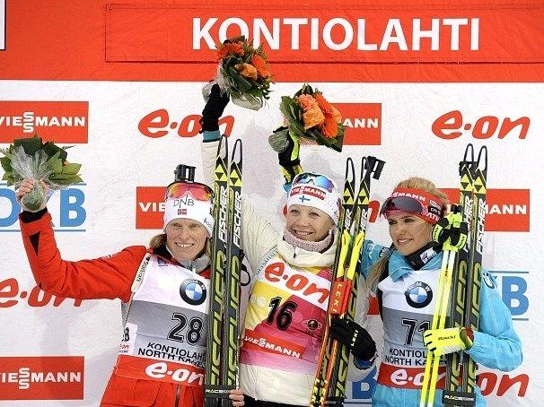 Gabriela Soukalová (vpravo) na stupních vítězů