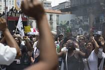 Do brazilského parlamentu v hlavním městě Brasilii dnes pronikla skupina asi 60 protivládních demonstrantů.