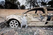 V ulicích Mati zůstaly vraky vypálených automobilů.