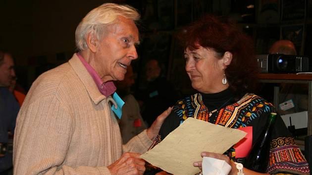 Miroslav Zikmund diskutuje s cestovatelkou Sašou Rivolovou nad její přednáškou o cestě po jižní Africe.