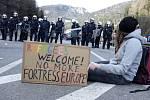 Jedna z mnoha protestních demonstrací na rakousko-italské hranici, kdy účastníci požadovali otevřený vstup pro uprchlíky.