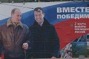 Putin a Medveděv zdraví své příznivce na nočním koncertu po volbách v Moskvě.
