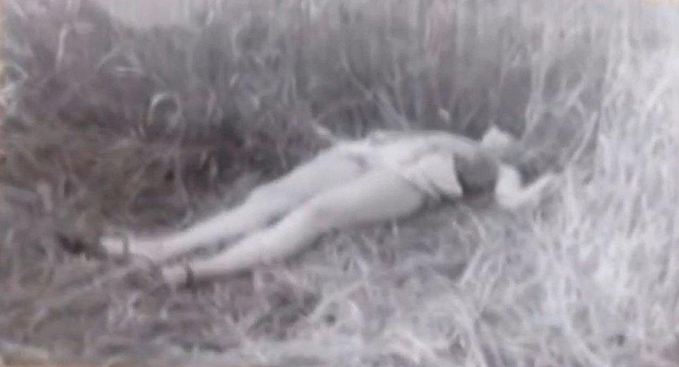 Fotografie jedné z nalezených obětí v policejním spisu