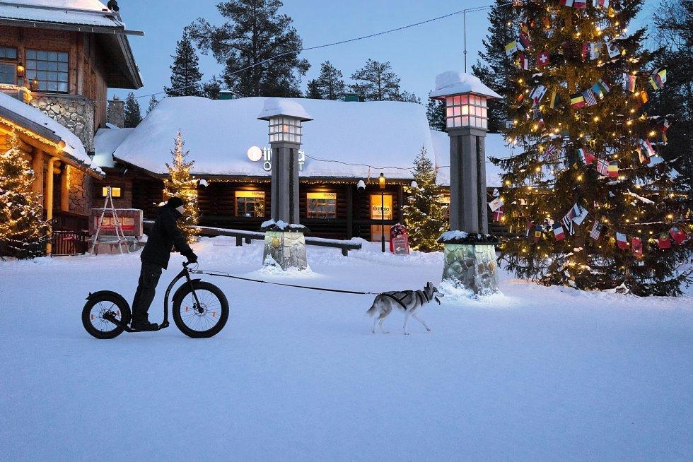 Finové zdobí stromeček jako my, ovšem dárky nenosí Ježíšek, ale laponský Joulu Pukki