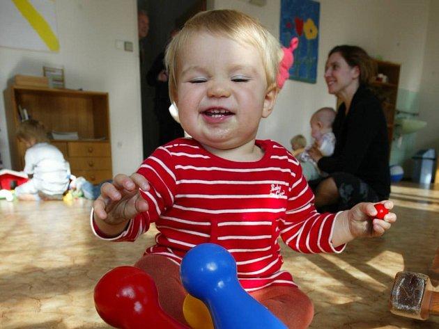 Umístit dítě do mateřské školy v blízkém okolí Prahy je pro rodiče velký úkol.