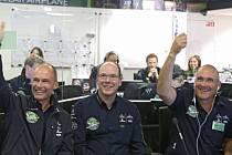 Letoun na solární pohon Solar Impulse 2 v neděli nad ránem místního času (dnes po 20:00 SELČ) vyrazil na nejdelší etapu svého letu kolem světa.