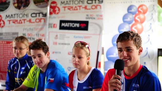 Mladý triatlonista Jakub Řehula (vpravo).