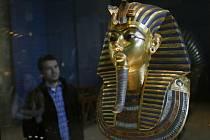 Osm zaměstnanců muzea ženou před soud egyptští vyšetřovatelé kvůli nezdařené opravě slavné pohřební masky z hrobky faraona Tutanchamona.