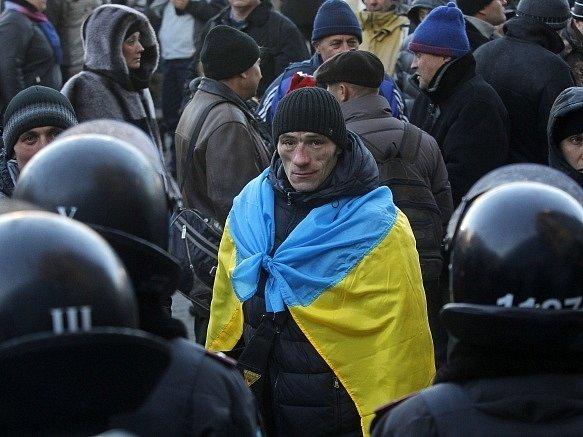 Desítky tisíc lidí se sešly na kyjevském Evropském náměstí k vyjádření podpory ukrajinské vládě a její snaze o rozšíření hospodářských styků s Ruskem.