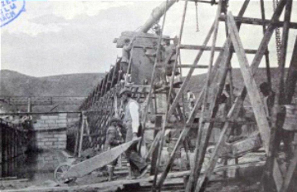 Aplikace přiblíží i historii polabské a vltavské paroplavby. Na snímku výstavba jezu a zdymadla v Klecanech