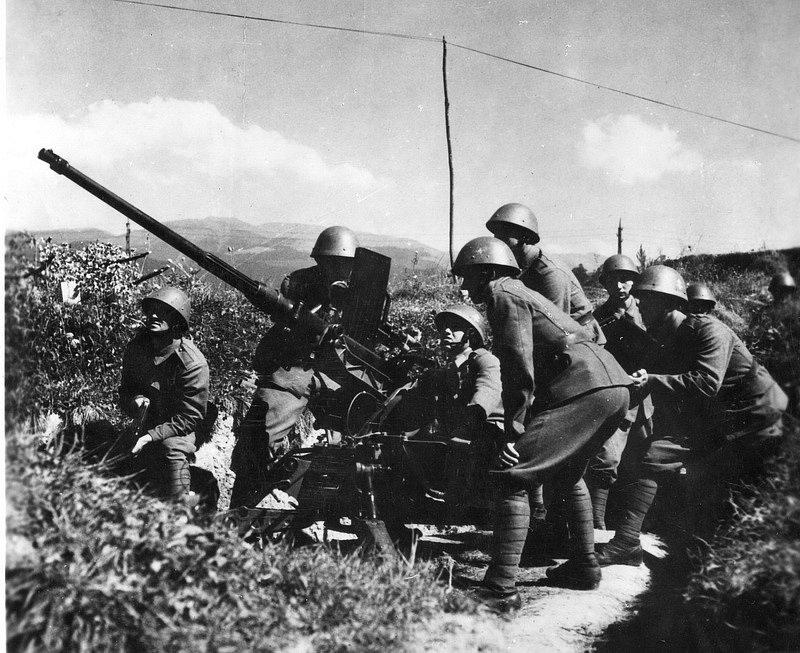 Základem 1. československé armády na Slovensku při povstání v srpnu 1944 byla Slovenská armáda, doplněná o partyzánské oddíly, vyslané ze Sovětského svazu. Na snímku protiletadlová obrana centra povstání, Banské Bystrice
