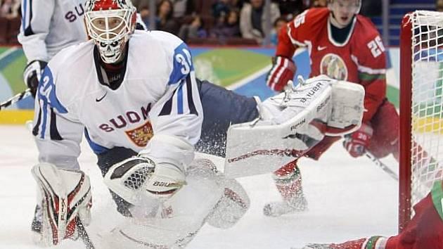 Finský gólman Miikka Kiprusoff zasahuje v utkání proti Bělorusku.