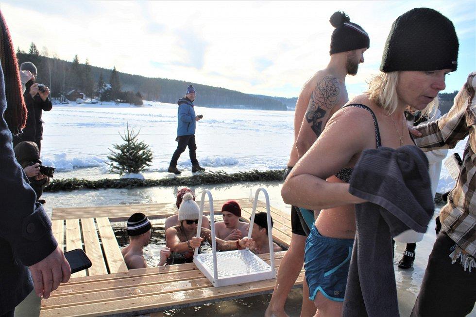 Klec pro otužilce ve Frymburku je ve vodě a má za sebou premiéru se křtem.