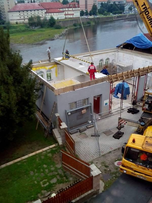 V rámci projektu byly opraveny a upraveny stávající prostory a vystavěno druhé nadzemní podlaží hasičské zbrojnice, které slouží k činnostem JSDH Horní Žleb
