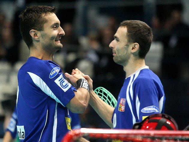 Daniel Folta (vlevo) gratuluje Pavlu Kožušníkovi ke skvělému představení v utkání proti Rusku.