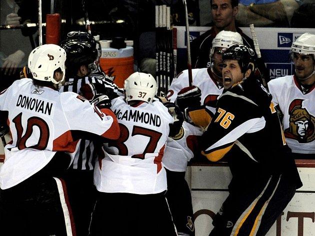 Křídlo Buffala Sabres Andrew Peters (vpravo) řve bolestí, Jarkko Ruutu se mu zakousl do prstu.