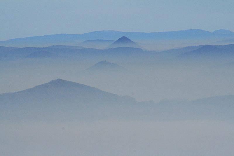 V pondělí 15. listopadu vyhlásili meteorologové stav regulace. Pohled z Děčínského Sněžníku na Děčín a Jílové