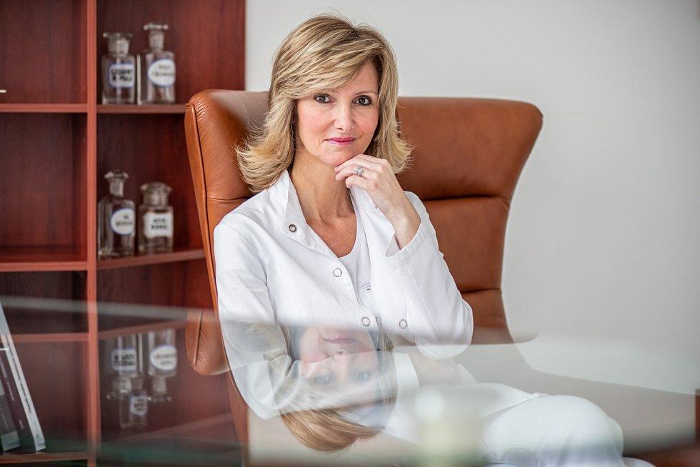 Monika Arenbergerová absolvovala stáž v Institutu Maxe Plancka v Berlíně a poté pracovala jako sekundární lékařka na Kožní klinice a poliklinice pro dermatologii při berlínské Svobodné univerzitě.