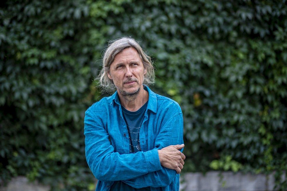 Na svých filmech se Roman Vávra často podílí i jako scenárista a kameraman.