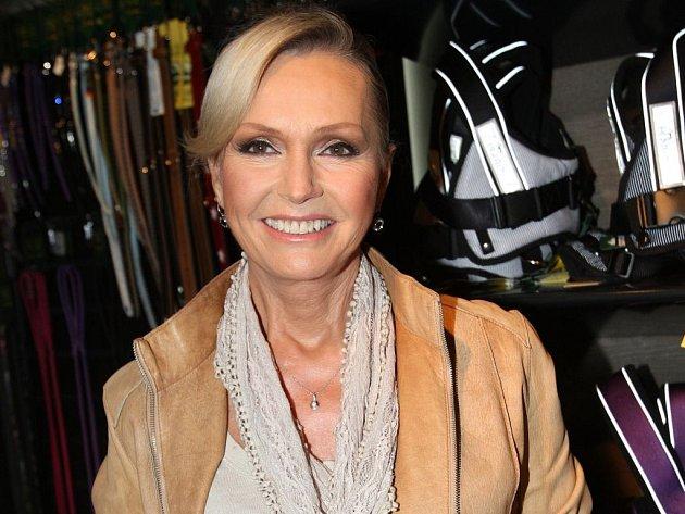 V kompletním časovém a stylovém záběru z let 1964–2012 představuje Helenu Vondráčkovou novinková 3CD platinová kolekce s názvem Helena (nejen) o lásce.
