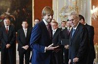 Prezident Miloš Zeman (vpravo) jmenoval 13. prosince na Pražském hradě ministrem zdravotnictví ve vládě premiéra Andreje Babiše (ANO) Adama Vojtěcha (uprostřed).