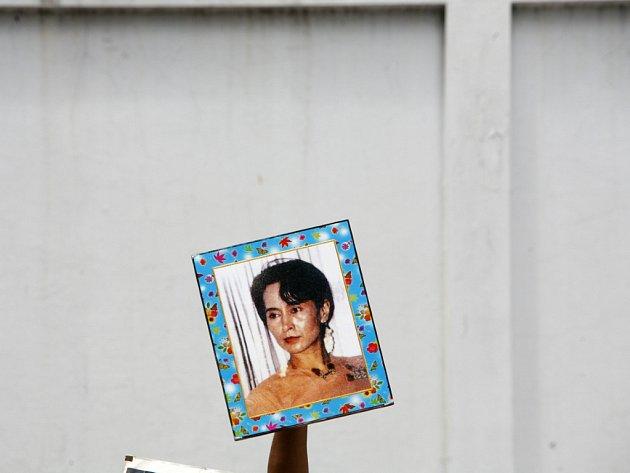 Barmská junta se bojí opakování loňských zářijových nepokojů, proto se snaží zablokovat disidentské internetové stránky.