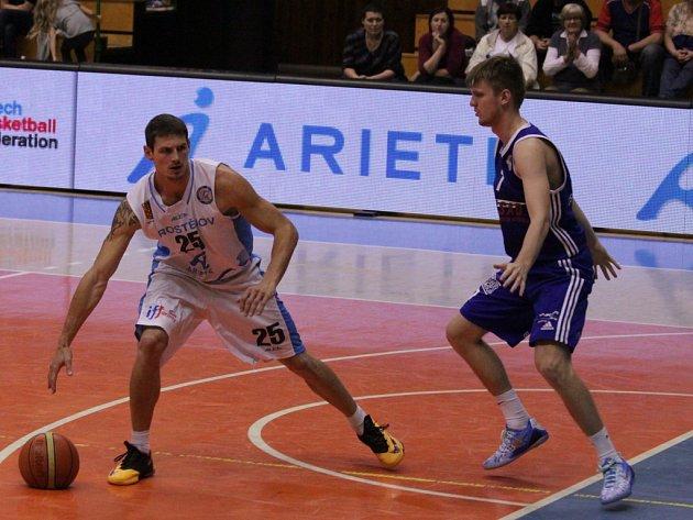 Basketbalisté Prostějova (v bílém) proti Ostravě.