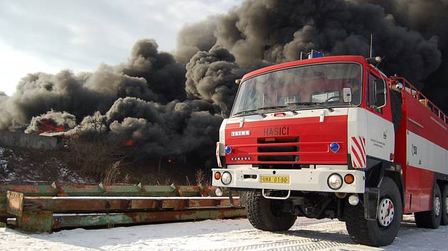 V Bojkovicích na Uherskohradišťsku hoří tisíc tun pneumatik.