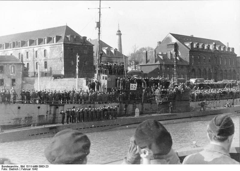 Ponorka U-123 ve francouzském přístavu Lorient v únoru 1942
