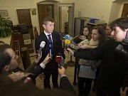 Andrej Babiš se při odchodu z pražského Hradu míjí s dalším příchozím, předsedou KDU-ČSL Pavlem Bělobrádkem.