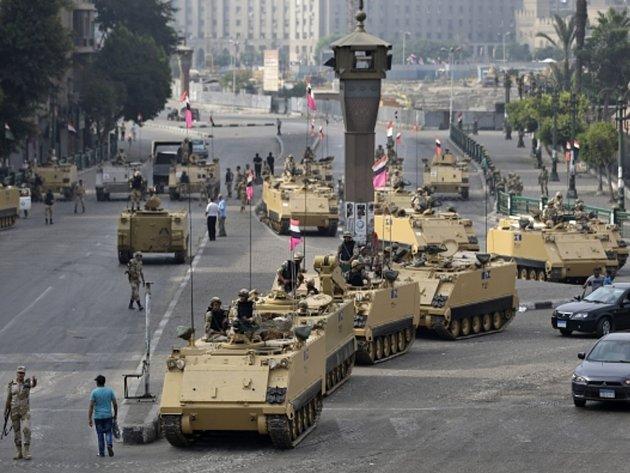 Egyptská armáda střeží klíčová místa v Káhiře před ohlášeným protestem.