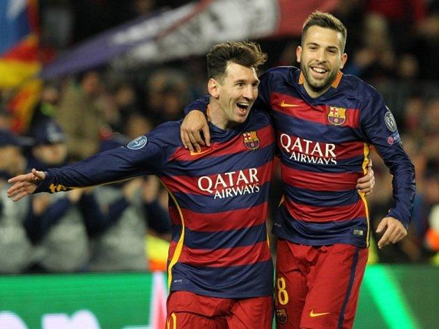 Fotbalisté Barcelony Lionel Messi (vlevo) a Jordi Alba se radují z gólu proti AS Řím.