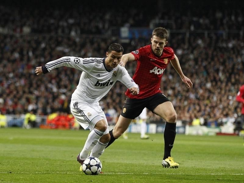 Cristiano Ronaldo z Realu Madrid (vlevo) a Michael Carrick z Manchesteru United.