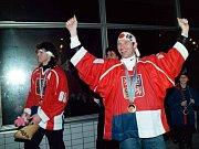 Dominik Hašek (vpravo) a Jaromír Jágr se zlatými medailemi z Nagana.